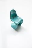 Дизайнерский голубой стул Panton на белизне Стоковые Фото