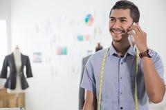 Дизайнерский получая заказ через телефонный звонок стоковая фотография