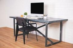 Дизайнерский стол с стороной стула Стоковое фото RF