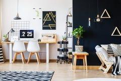 Дизайнерское место для работы с белыми стульями Стоковая Фотография