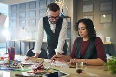 Дизайнеры обсуждая ювелирные изделия стоковые изображения