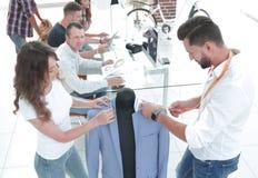 Дизайнеры работая на новых моделях одежд стоковые фотографии rf