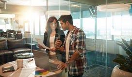 Дизайнеры работая совместно в творческом рабочем месте Стоковое Изображение RF