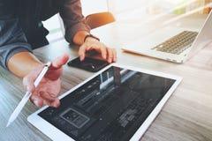 Дизайнер вебсайта работая цифровая компьтер-книжка таблетки и компьютера Стоковое Фото