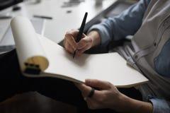 Дизайнер вручает дизайн-проект чертежа стоковое изображение rf