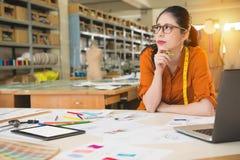 Дизайнер женщины моды смотря прочь думающ Стоковое Фото