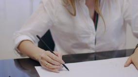 Дизайнер женщины работает на новом проекте сток-видео