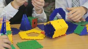 Дизайнер игрушки игры мальчиков превращаясь внутри помещения сток-видео