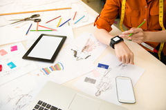 Дизайнер используя соединяться smartwatch Стоковые Изображения