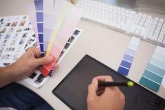Дизайнер используя таблетку графиков и диаграммы цвета Стоковые Изображения RF