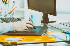 Дизайнер используя таблетку графиков Стоковые Изображения RF