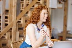 Дизайнер молодой женщины в офисе Стоковое Изображение