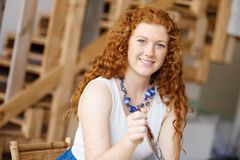 Дизайнер молодой женщины в офисе Стоковая Фотография