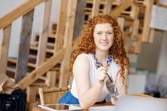 Дизайнер молодой женщины в офисе Стоковое Изображение RF