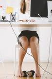 Дизайнер молодой женщины творческий работая в офисе. Стоковое фото RF