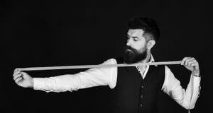 Дизайнер одежды в работая процессе Портной при сконцентрированные простирания стороны измеряя ленту стоковые фото