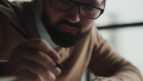 Дизайнер перфекциониста тщательно работает и рисует с карандашем акции видеоматериалы