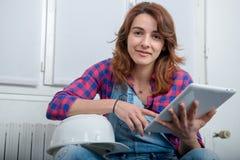 Дизайнер по интерьеру молодой женщины используя цифровую таблетку Стоковое фото RF