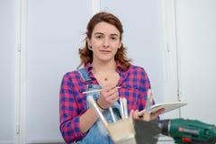 Дизайнер по интерьеру молодой женщины используя цифровую таблетку Стоковая Фотография RF