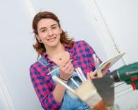 Дизайнер по интерьеру молодой женщины используя цифровую таблетку Стоковая Фотография
