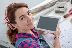 Дизайнер по интерьеру молодой женщины используя цифровую таблетку Стоковое Фото