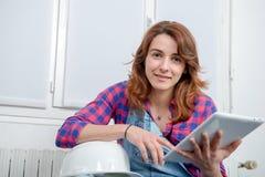 Дизайнер по интерьеру молодой женщины используя цифровую таблетку Стоковые Фото
