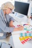 Дизайнер по интерьеру смотря диаграммы цвета Стоковые Изображения