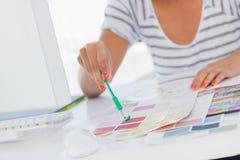 Дизайнер по интерьеру указывая на диаграммы цвета стоковая фотография