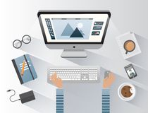 Дизайнер работая на компьютере на столе Стоковые Фото