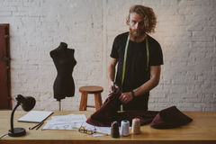 Дизайнер работая на новой одевает в студии стоковые фотографии rf