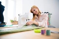 Дизайнер работая на швейной машине стоковая фотография