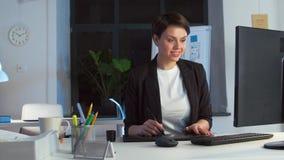 Дизайнер с компьютером и таблеткой ручки на офисе акции видеоматериалы