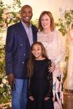 Дизайнер Claire Pettibone и ее семья представляя во время Claire Pettibone витрину собрания 4 сезонов Стоковое фото RF