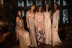 Дизайнер Claire Pettibone и модели представляя во время Claire Pettibone витрину собрания 4 сезонов Стоковая Фотография