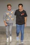 Дизайнер Mirko Фонтана и Diego Marquez подтверждает рукоплескание публики после модного парада Jour Le Jour Au Стоковые Фото