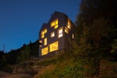 Дизайн архитектуры современный, сцена ночи виллы стоковые фото