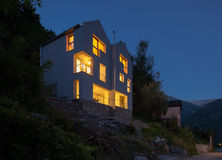 Дизайн архитектуры современный, сцена ночи виллы стоковое изображение