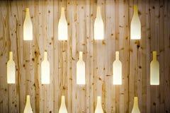 Дизайн бара фона ресторана стены картины формы текстуры бутылок вина деревянный стоковое фото rf