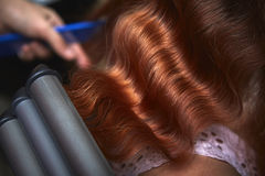Дизайн волос с утюгом втройне бочонка завивая Стоковые Фото