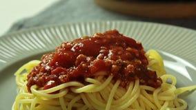 Дизайн еды и спагетти Bolognese варить в кухне сток-видео