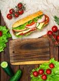 Дизайн еды - сандвич с мясом и овощами на древесине Стоковые Изображения