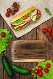 Дизайн еды - сандвич с мясом и овощами на древесине Стоковое фото RF