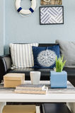Дизайн живущей комнаты с голубой стеной Стоковые Изображения