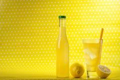Дизайн запятнанный желтым цветом с напитком Стоковая Фотография
