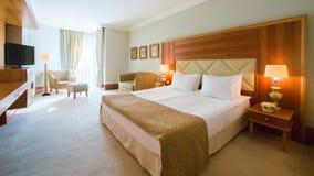 Дизайн интерьера Большая современная спальня Стоковые Изображения
