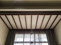 Дизайн интерьера в комнате с мраморной стеной и деревянным потолком стоковые изображения rf