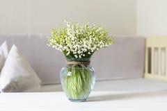 Дизайн интерьера живущей комнаты с натюрмортом, ландышем цветения в вазе Стоковая Фотография