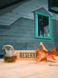 дизайн интерьера кафа крутой зарезервировал чай с деревянным столом зеркала листьев осени стоковые фото