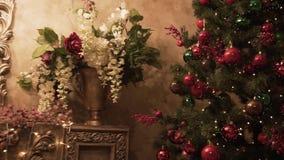 Дизайн интерьера комнаты рождества зажим Дерево украшенное светами представляет игрушки, свечи и гирлянду подарков освещая внутри акции видеоматериалы