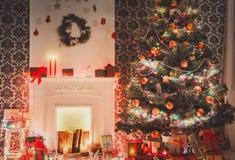 Дизайн интерьера комнаты рождества, украшенное дерево в гирлянде освещает Стоковые Изображения